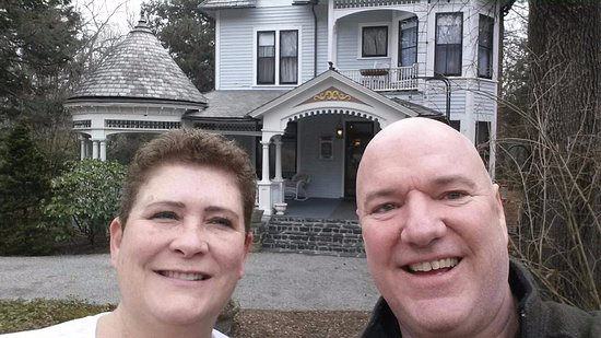 The 1899 Wright Inn and Carriage House: selfie from driveway