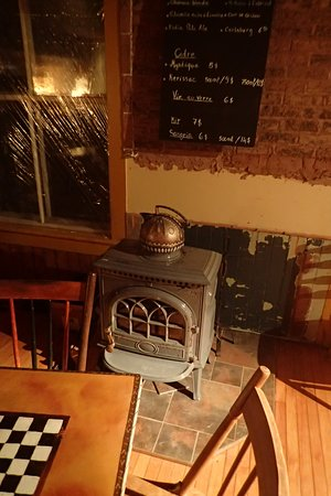 North Hatley, Canada: Fireplace needs repairs