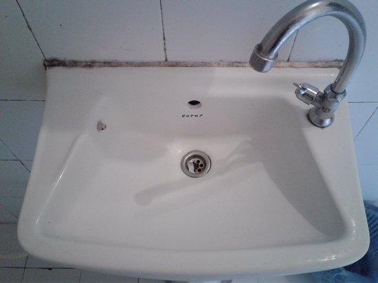 Popular View Guesthouse: Filthy unplumbed sink