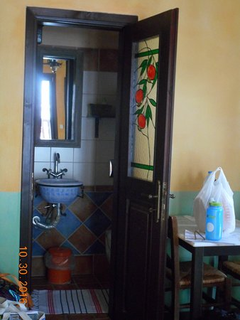Mythos Guesthouse: The beautiful door leading into the bathroom, where every detail was well thought out.