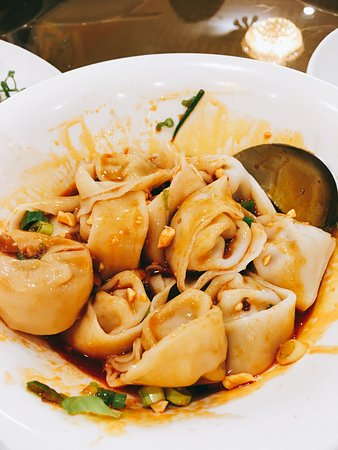 Temple City, แคลิฟอร์เนีย: Dumpling with spicy peanut sauce