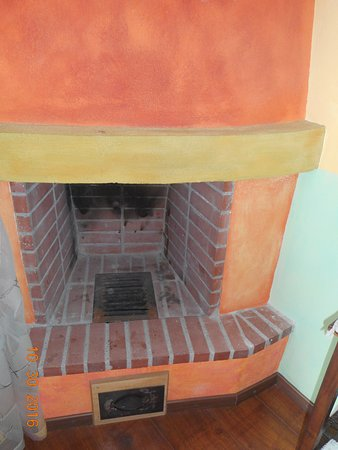 Mythos Guesthouse: Each room had a fireplace, but might be non-functioning.