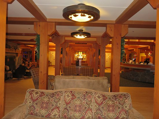 Old Faithful Snow Lodge and Cabins: Lobby and front desk