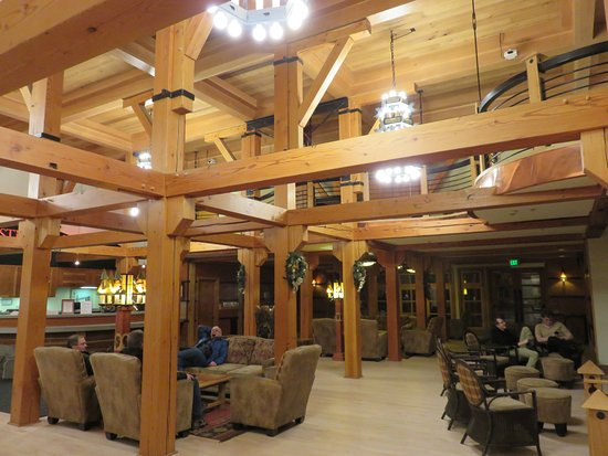 Old Faithful Snow Lodge and Cabins: Main Lobby and front desk