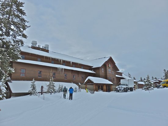 Old Faithful Snow Lodge and Cabins: Outdoor view of the Snow Lodge