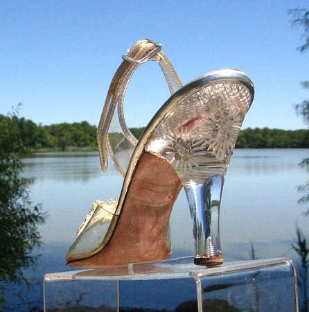 Merchantville, Нью-Джерси: 1940s Era Carved Lucite Heels Fantastic