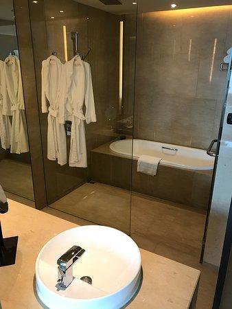 The Okura Prestige Bangkok: 有浴缸的開放式浴室