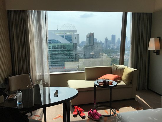 The Okura Prestige Bangkok: 後面可看到艾美酒店