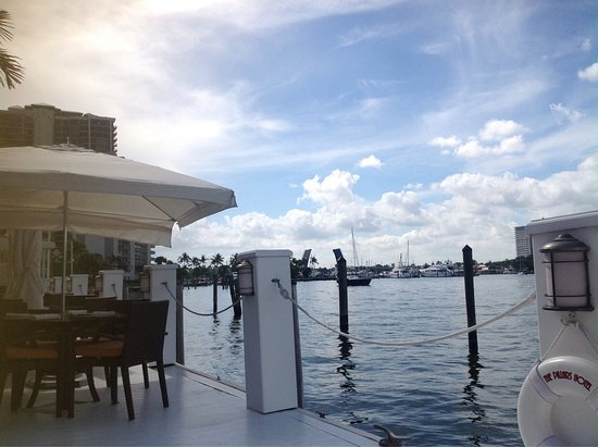 The Pillars Hotel Fort Lauderdale: Down by the dock on the waterway.