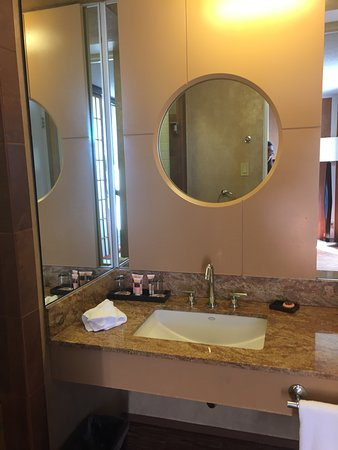 Hotel Kabuki, a Joie de Vivre hotel: vanity, sink faucet had great water pressure.