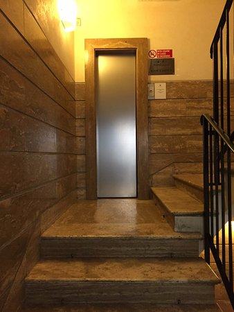 هوتل سميرالدو: Elevator