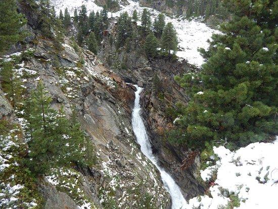 Obergurgl, Österreich: Zirbenwald mit Wasserfall