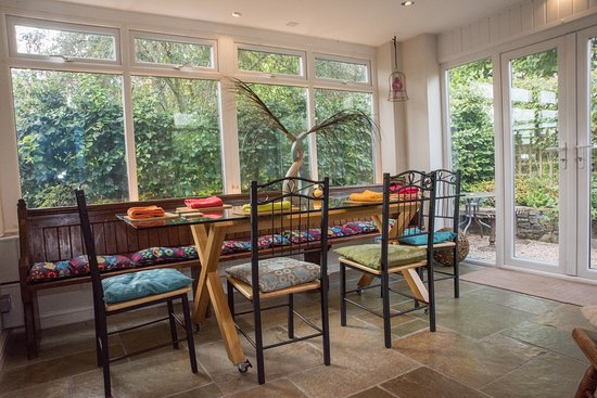 Llangorse, UK: The dining room has large doors with access to small BBQ area