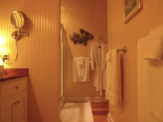 Point Clear Cottages: A perfectly appointed full bathroom
