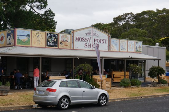 Mossy Point, Australie : The front of the cafe showing the old shop hoarding.