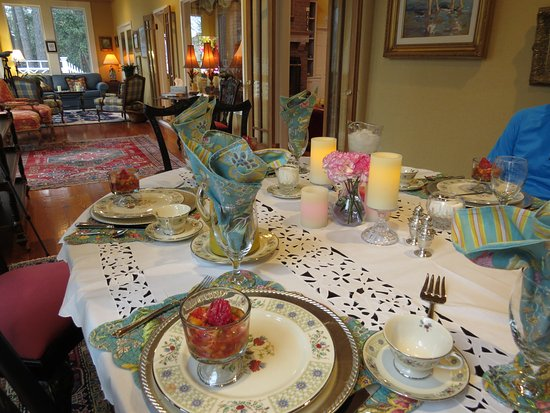 Point Clear Cottages: The dining table where full breakfasts are served on the enclosed porch.