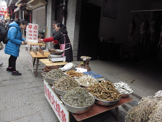Wangcheng County, Chiny: Selling dried fishes