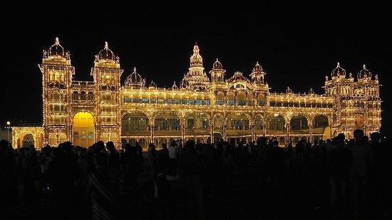 Hotel Jade Garden: Sultanspalast bei Nacht in Mysore