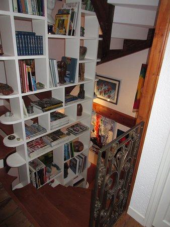 Bibliothèque Dans L'Escalier Qui Mêne Aux Chambres - Picture Of Le