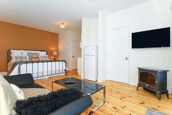 Wakefield, Canada: I Love Paris suite featuring fireplace, HD TV, King Bed