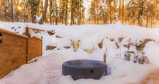 Wakefield, Canadá: Your private outdoor hot tub at the edge of the forest
