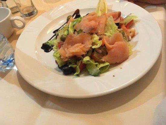 Mierzecice, Pologne : Hotel Wilga Restaurant. Салат с семгой