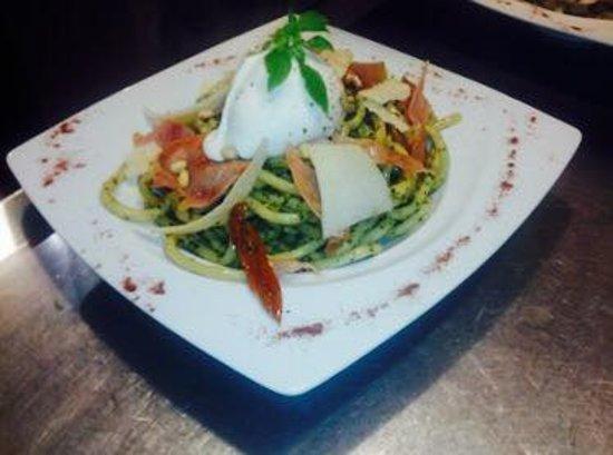 Les-Salles-sur-Verdon, France: Pasta du Chef : bucatini pesto, tomates séchées, pignons,chips jambon serrano, mozza bufala parm