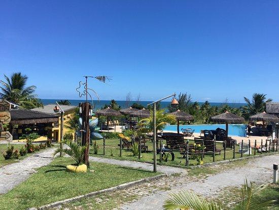 Jaguaripe, BA: Vista panorâmica da área dos chalés e da piscina.