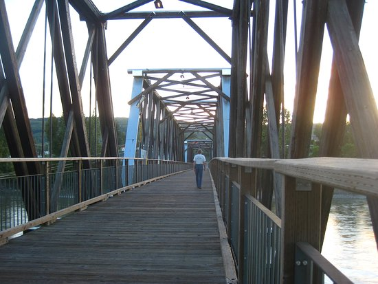 Quesnel, Canadá: Walking across the suspension bridge.