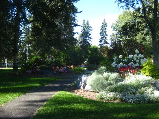 Prince George, Kanada: Pathways through the park.