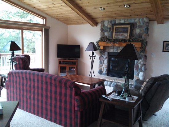 Eagle River, WI: Lakewood living room