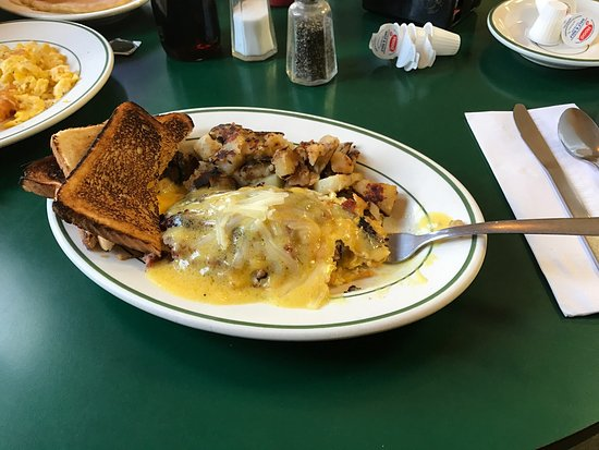 Biddeford, Мэн: Hone made hash, cheese, and covered with hollandaise sauce omelette.  Delicious!