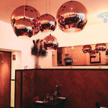 Restaurant Vlaming: Copper mirror lights.