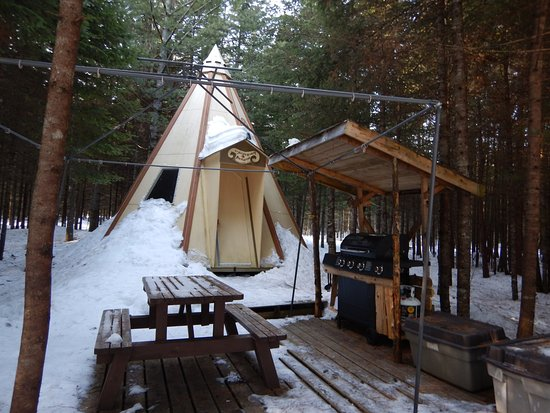 Saint-Romain, كندا: Tipi Soleil levant et tout nos tipis sont équipés de B.B.Q pour cuisiner.