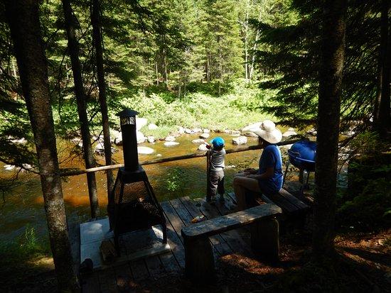 Saint-Romain, Canada: Chaque tipi a sont air de feu,cette photo est vue sur l'Oiseau bleu.