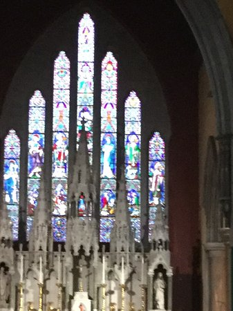 Drogheda, Irlandia: Some of the stained glass