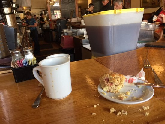 Benicia, Californie : oops could not wait to eat the scone, should have done the picture 1st