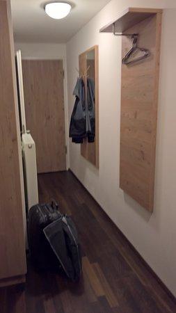 Relativ kleine Garderobe im Zimmerflur - Bild von Hotel Rheingold TA51