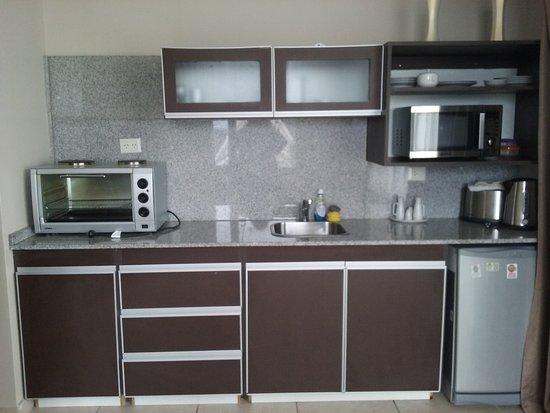 muebles de cocina, con horno microondas y horno eléctrico, vajilla ...