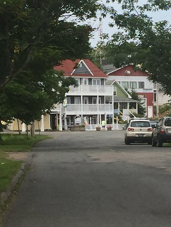 Water's Edge Inn: It is so quaint and they have a Canadian Art gallery too!