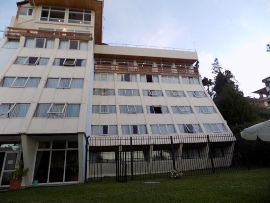 Hotel Patagonia: Parte posterior y jardin del hotel