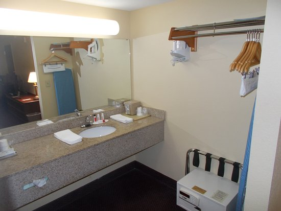 Super 8 by Wyndham Dania/Fort Lauderdale Arpt: Vanity with coffee/tea maker, bath products, ice bucket, safe, luggage rack, hanging rack