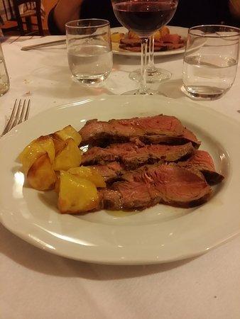 Roccaforte Mondovi, Italy: Tagliata saporita e tenera con patate dolci...tutto slow food