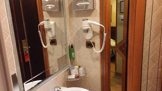 Cabina Telefonica : Grande come una cabina telefonica picture of hotel regno rome