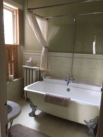 Lovelace Manor Bed and Breakfast: Original claw foot tub in the King Suite!