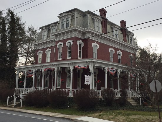 Lovelace Manor Bed and Breakfast: Isn't she a beauty