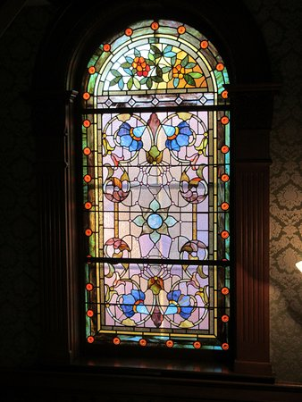 Windsor, Canadá: Beautiful stained glass window in The Clockmaker's Inn's stairwell