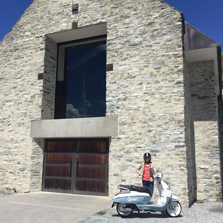 Arrowtown, Nueva Zelanda: Camilla posing for a photo after a relaxed lunch at Amisfield Winery and Bistro.