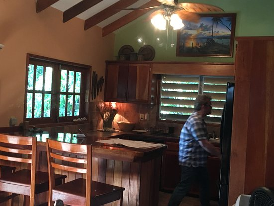 Captain Jak's Cabanas: full kitchen with breakfast bar