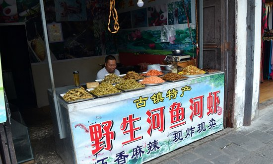 Chongzhou, Cina: Food shops featuring local foods and snacks line both sides of the streets.